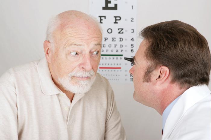 Мужчина на приеме у офтальмолога