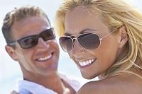 Парень и девушка в солнцезащитных очках