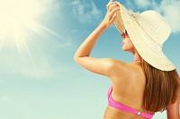 Девушка в солнцезащитных очках и шляпе