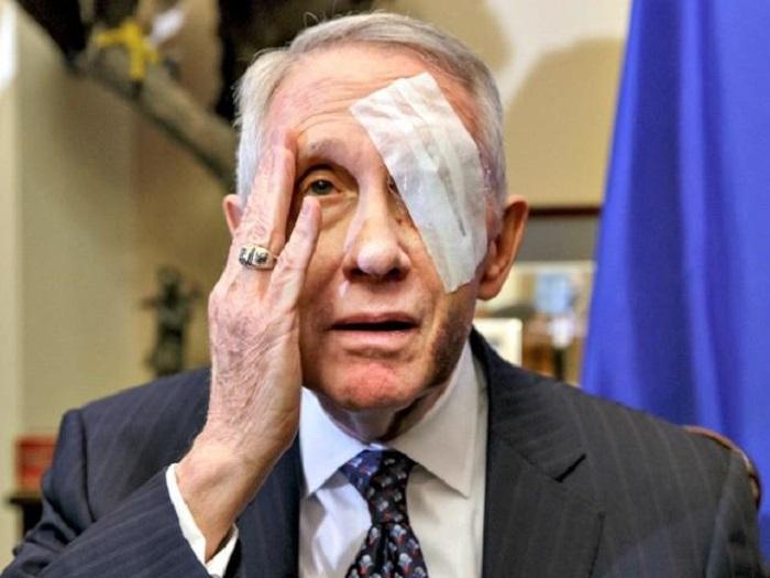 Пожилой мужчина с повязкой на глазу