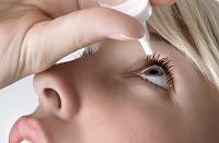 Девушка закапывает глаза