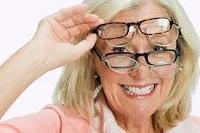Пожилая женщина в нескольких очках
