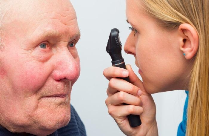 Пожилой мужчина на приеме у офтальмолога