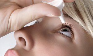 Лечение глаз девушки каплями