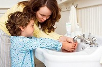Мама учит ребенка мыть руки