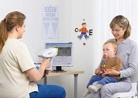 Мама с новорожденным на приеме у детского офтальмолога