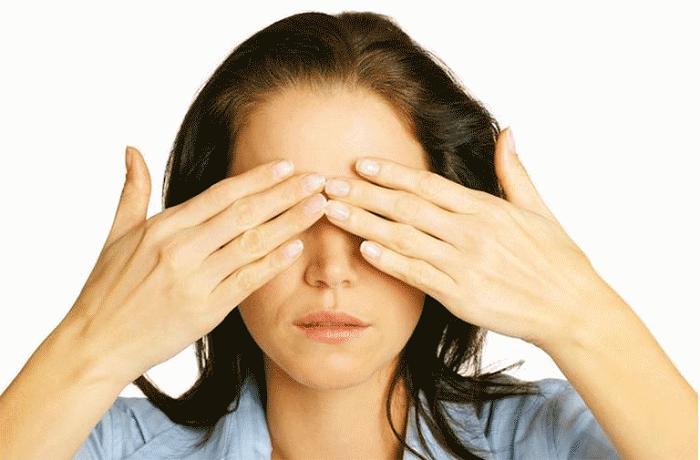 Девушка прикрыта глаза руками