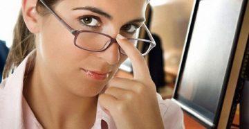 Девушка держит очки пальцем