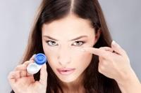 девушка с контактными линзами
