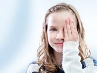 Девочка закрыла глаз рукой