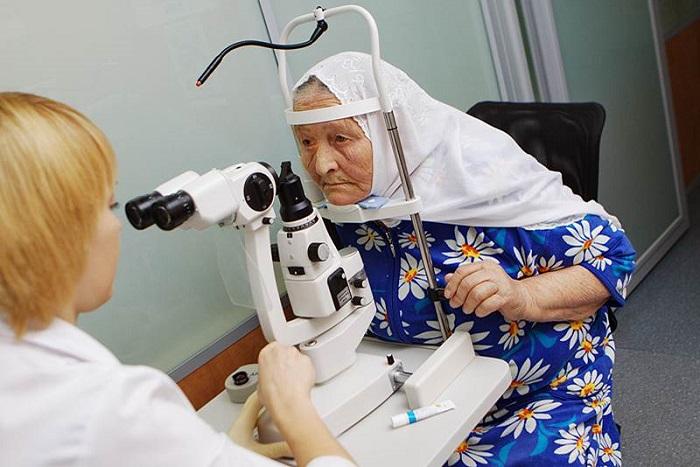 Пожилая женщина на приеме у окулиста