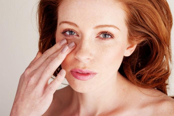 Укусила мошка в глаз ‒ что делать и чем снять опухоль?