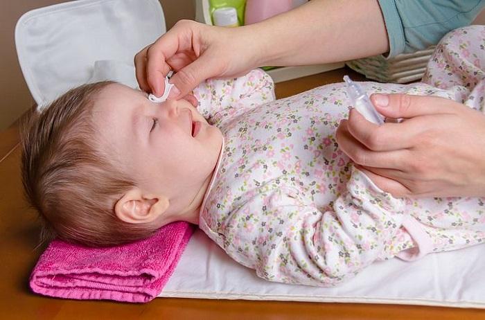 Лечение коньюктивита у детей с помощью глазных капель