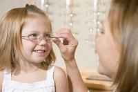 Мама надевает ребенку очки