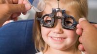 Ребенку проверяют зрение