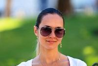 Девушка в очках от солнца