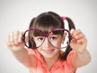 Девочка держит очки в руках