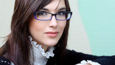 Девушка в очках для зрения