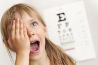 Девочка проверяет зрение