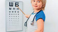 Мальчик показывает на плакат с буквами