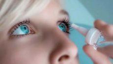 Девушка лечит глаза