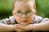 Маленький мальчик в очках