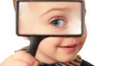 Мальчик и увеличительное стекло